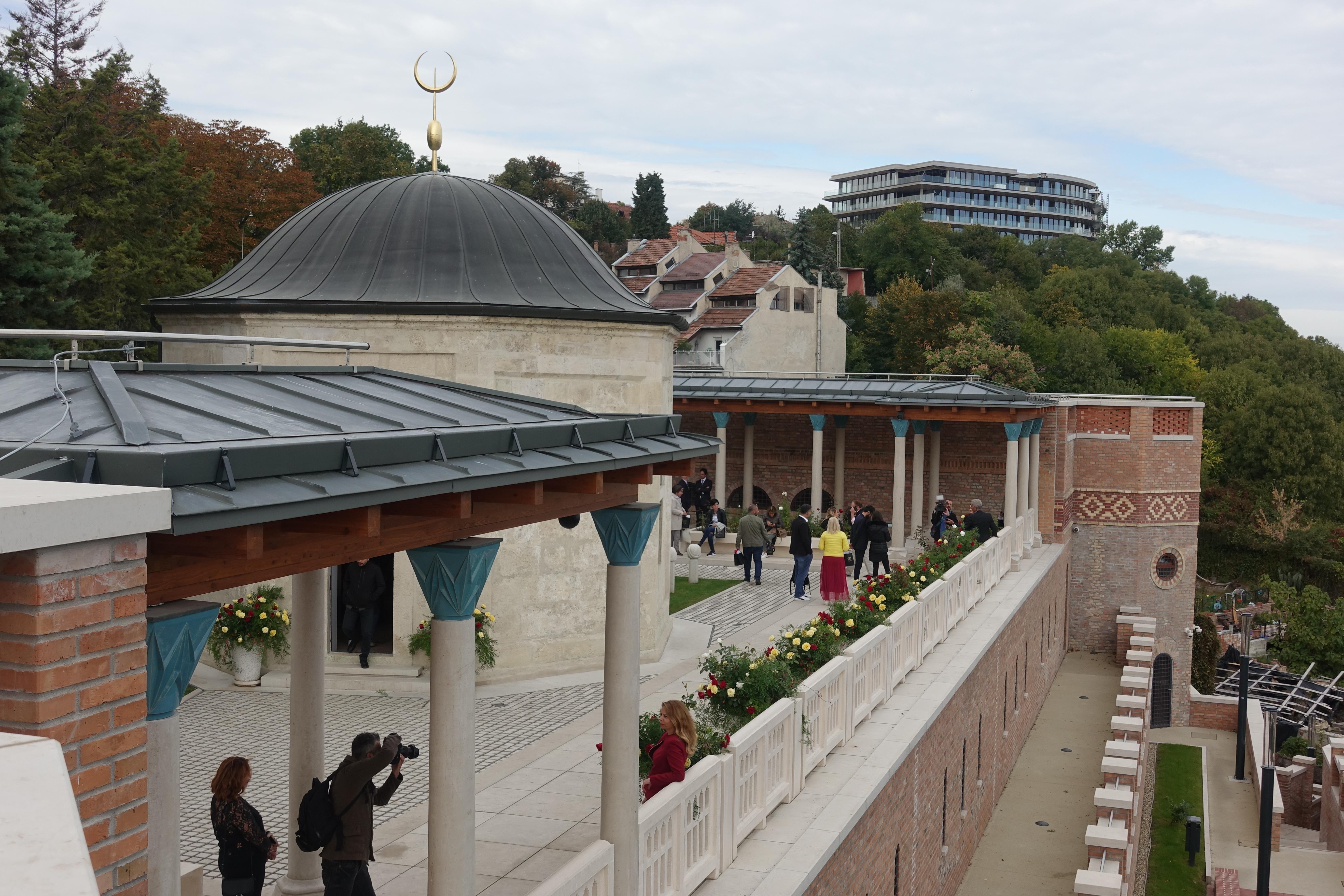 Touristen besuchen die Gül Baba-Grabstätte in Budapest.