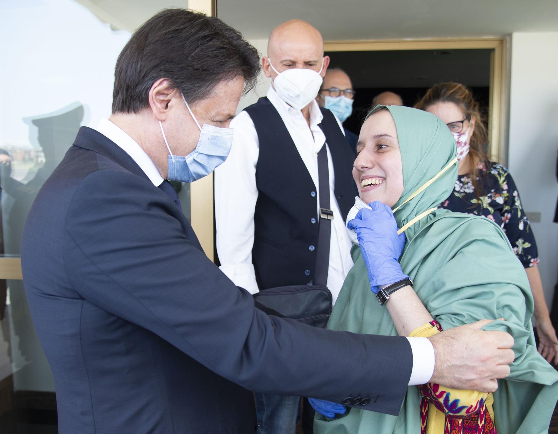 Premier Giuseppe Conte begrüßt Silvia Constanzo Romano