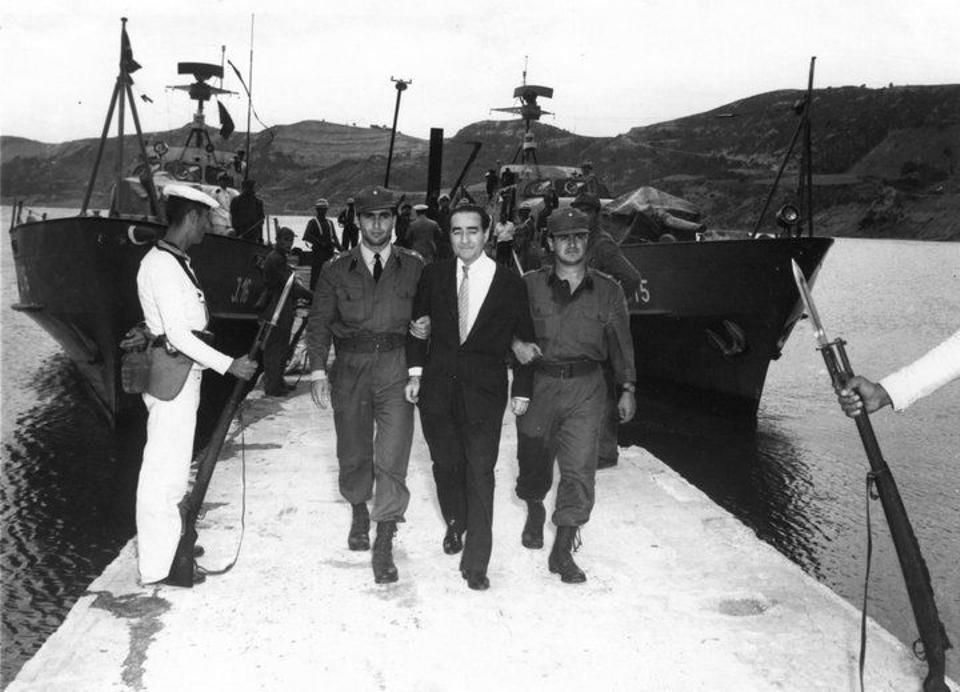 Adnan Menderes wird zur Hinrichtung auf die Insel Imrali im Marmarameer gebracht.