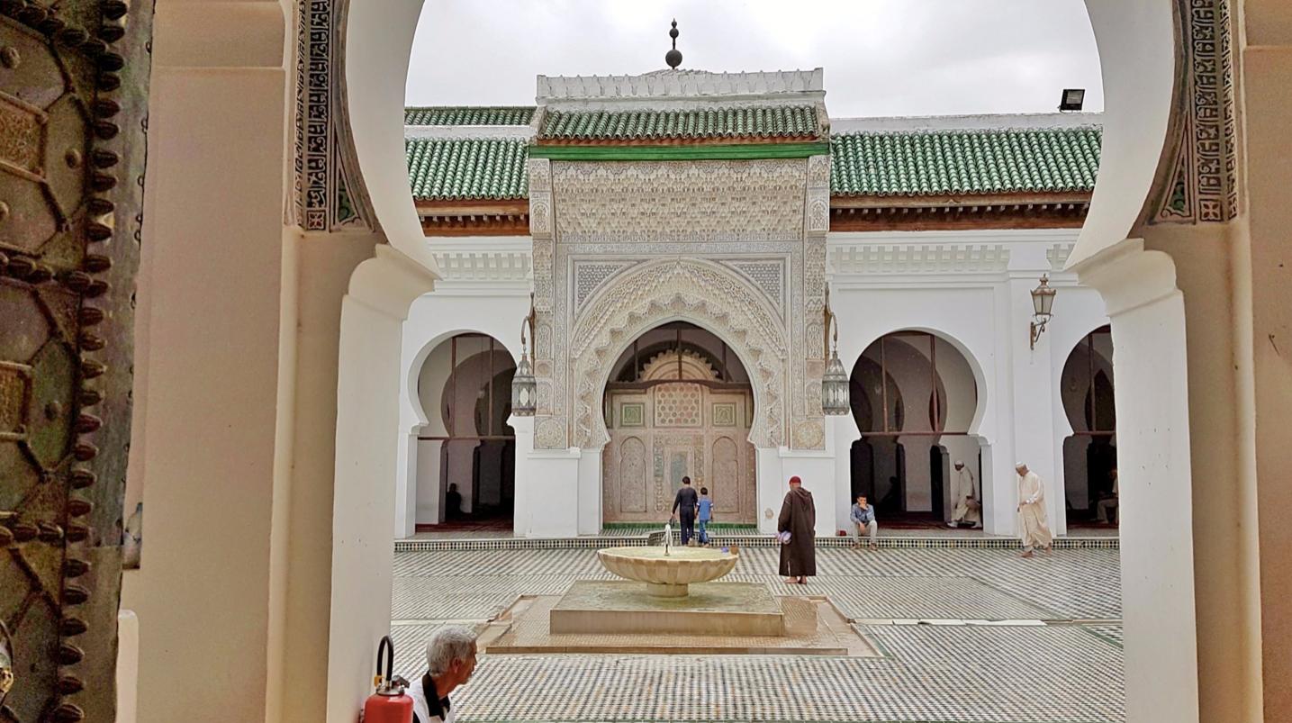 Die Universität al-Qarawiyin befindet sich in Fes, Marokko. Sie gilt als die erste Universität der Welt.