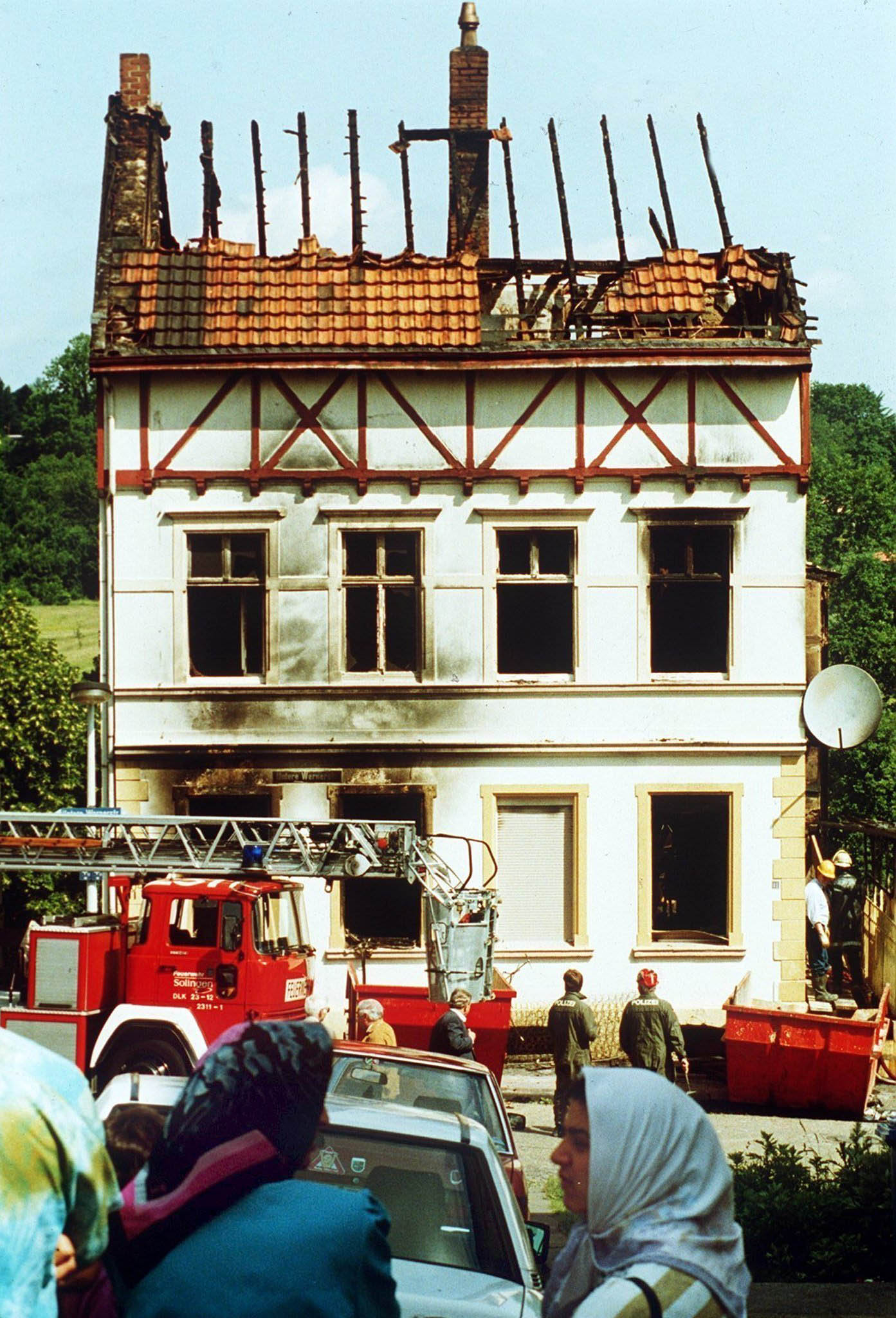 29.05.1993, Nordrhein-Westfalen, Solingen: Das bei dem Brandanschlag zerstörte Haus der türkischen Familie Genc in Solingen.