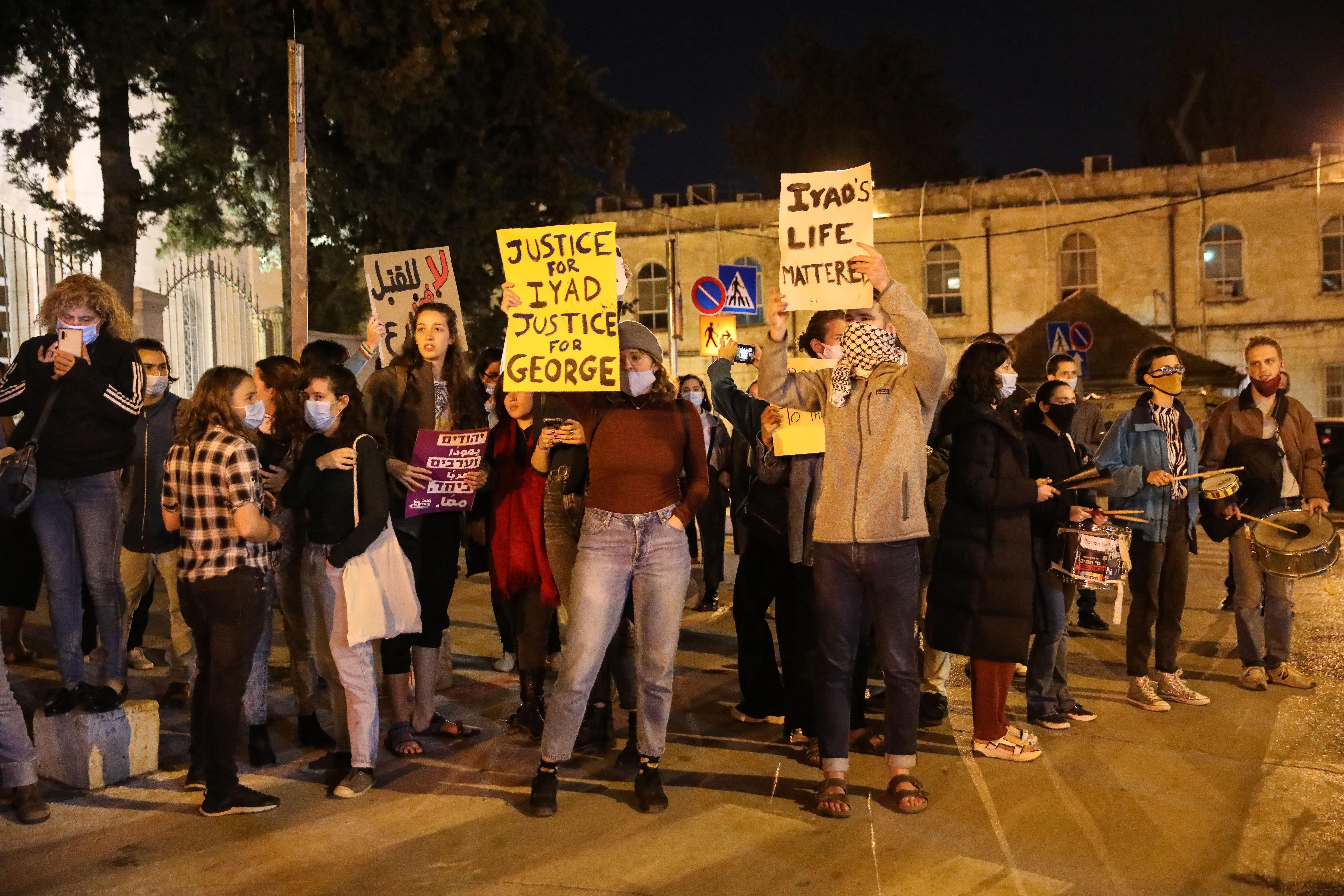 Demonstranten forderten Gerechtigkeit für Iyad Halaq und George Floyd.