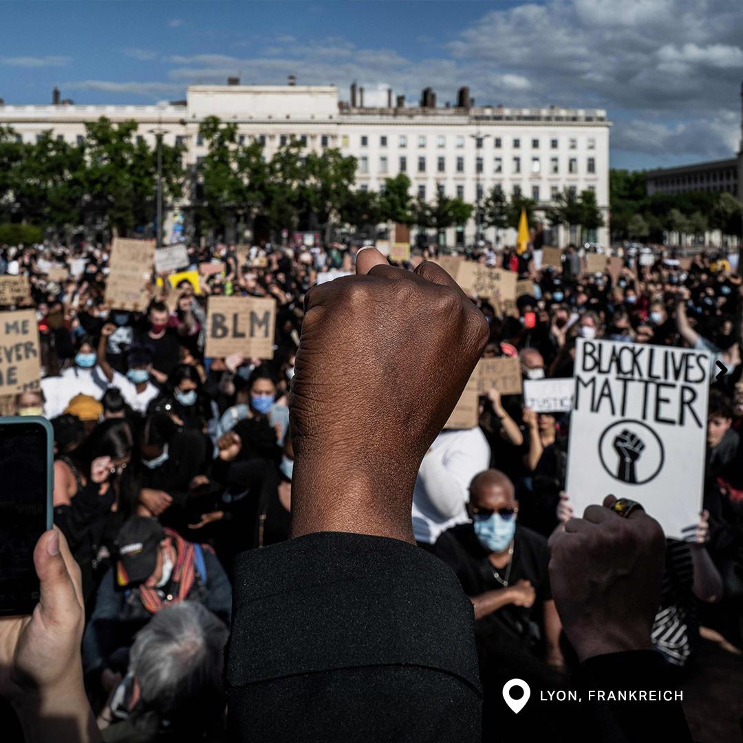 """Tausende Menschen kamen unter dem Zeichen """"Black Lives Matter"""" in Lyon, Frankreich, zusammen."""