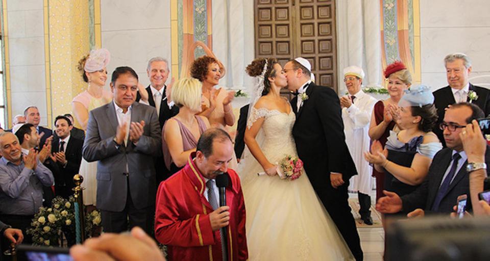Nach vier Jahrzehnten fand Ende Mai 2016 die erste jüdische Hochzeit in der Großen Synagoge von Edirne statt, nachdem deren Wiederaufbau dank der türkischen Regierung 2015 abgeschlossen war. (Credit: Zeitung Salom / Salom)