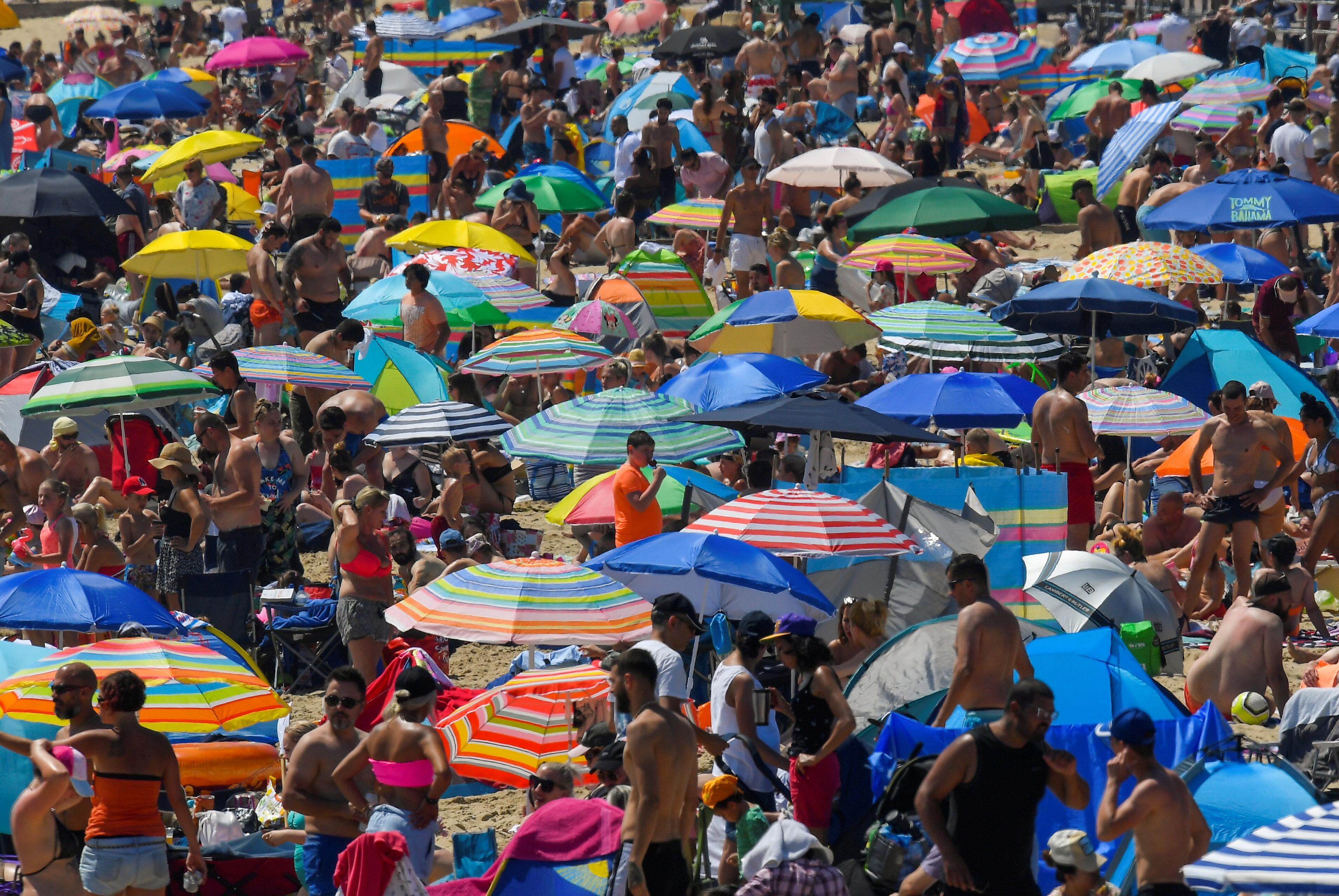 Tousende Menschen auf engem Raum am Strand in Bournemouth.