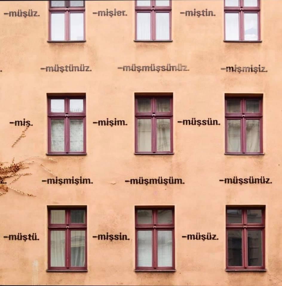 """Die Installation der türkischen Endsilben der """"-miş""""-Zeitform an einem Wohnhaus in Kreuzberg gehört zu Erkmens Gesamtwerk."""