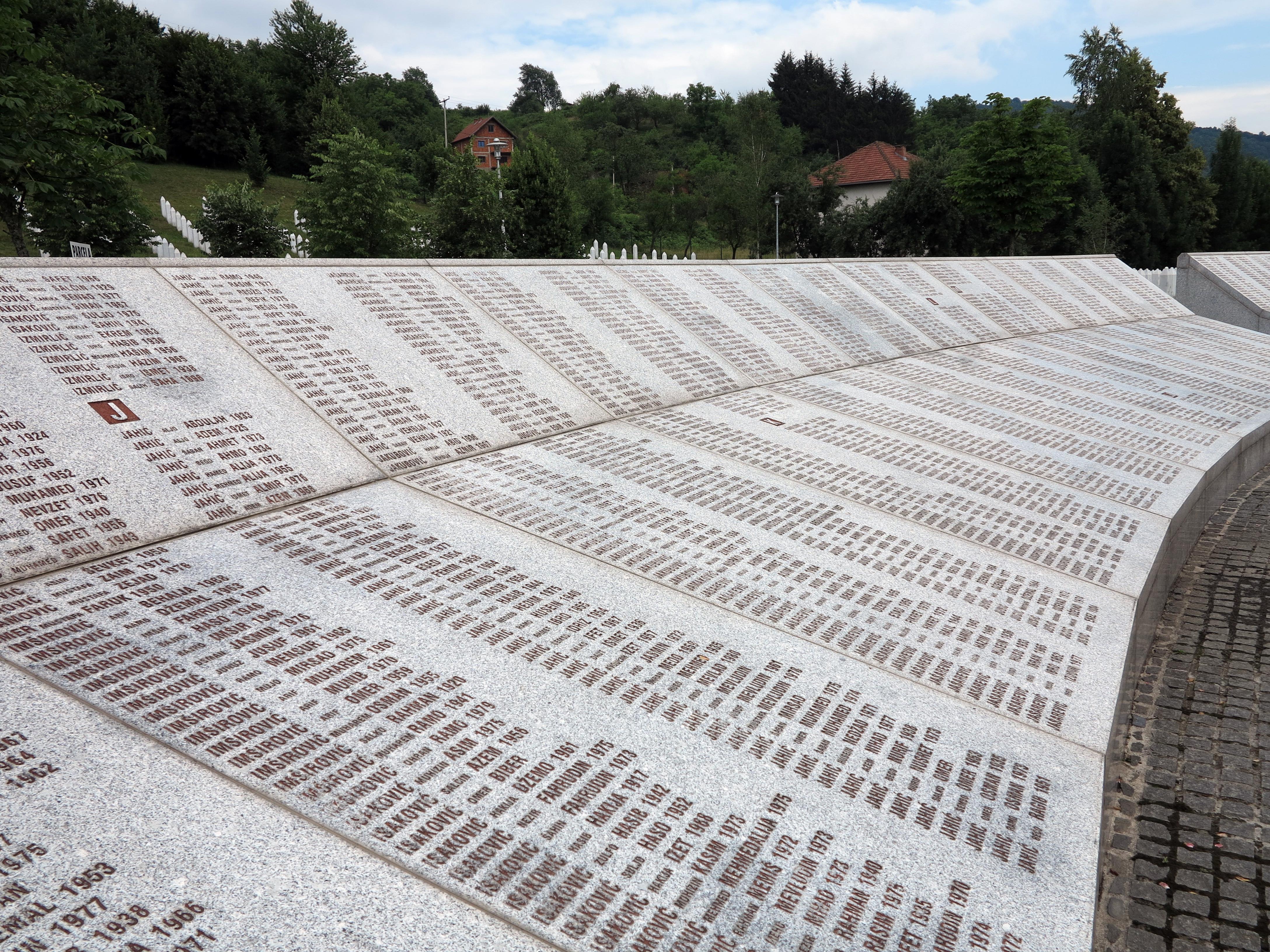 Srebrenica: Im Marmor gemeißelte Namen der Opfer in der Gedenkstätte Potocari.
