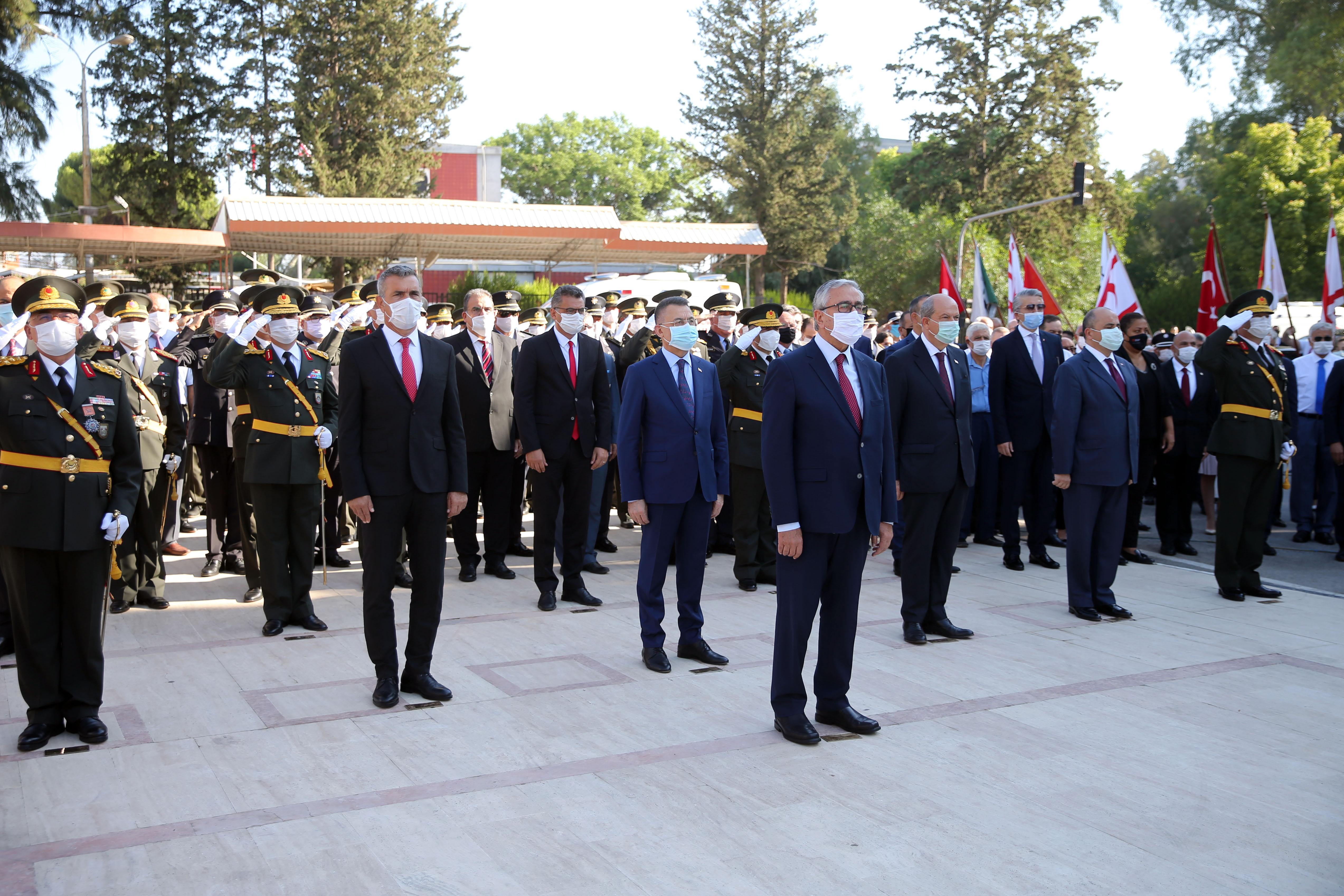 Der Präsident der TRNZ und der türkische Vizepräsident bei der Kranzniederlegung vor einem Atatürk-Denkmal.