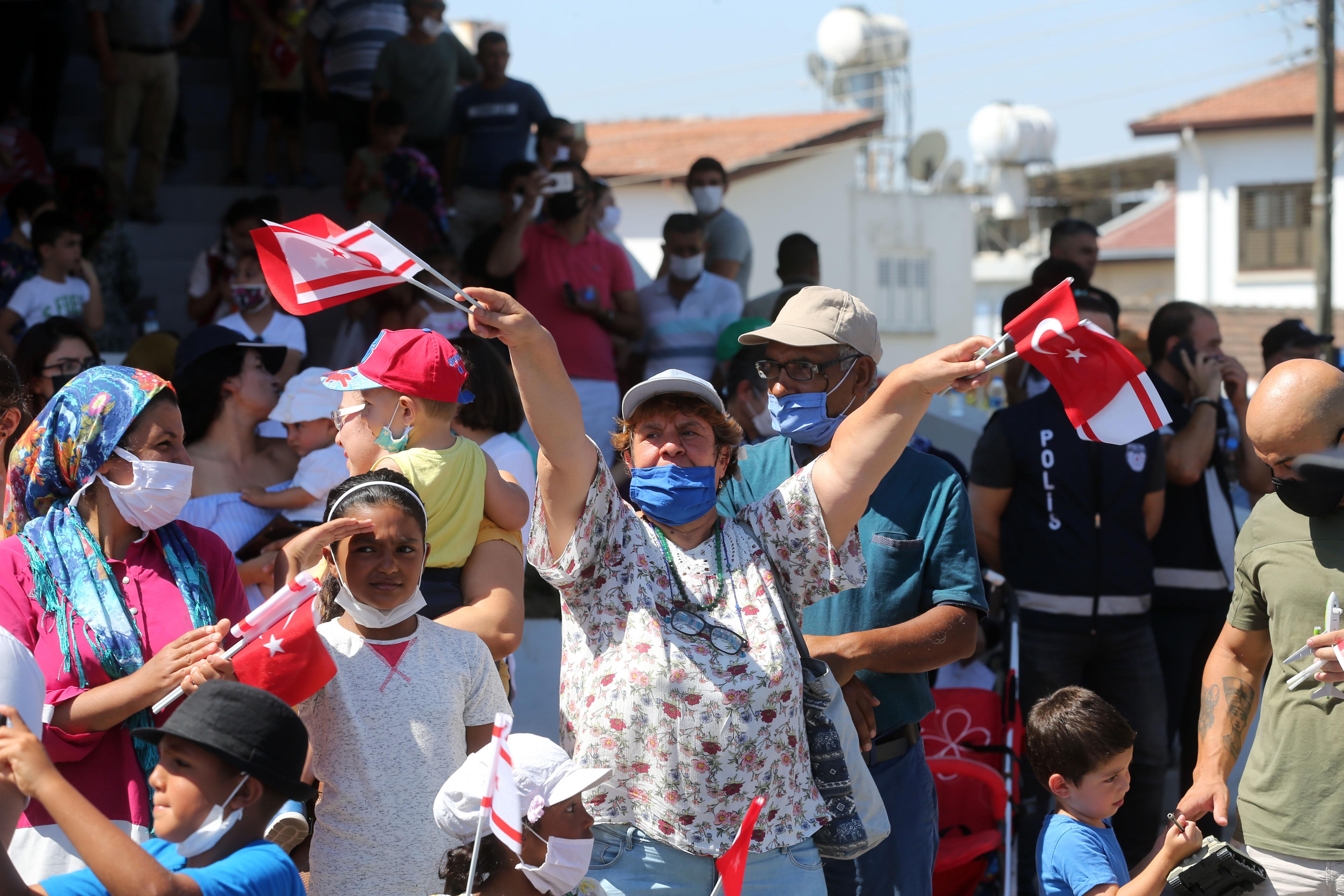 Bürger in Lefkoşa nehmen an den Feierlichkeiten zum Gedenktag der Zypern-Friedensoperation teil.