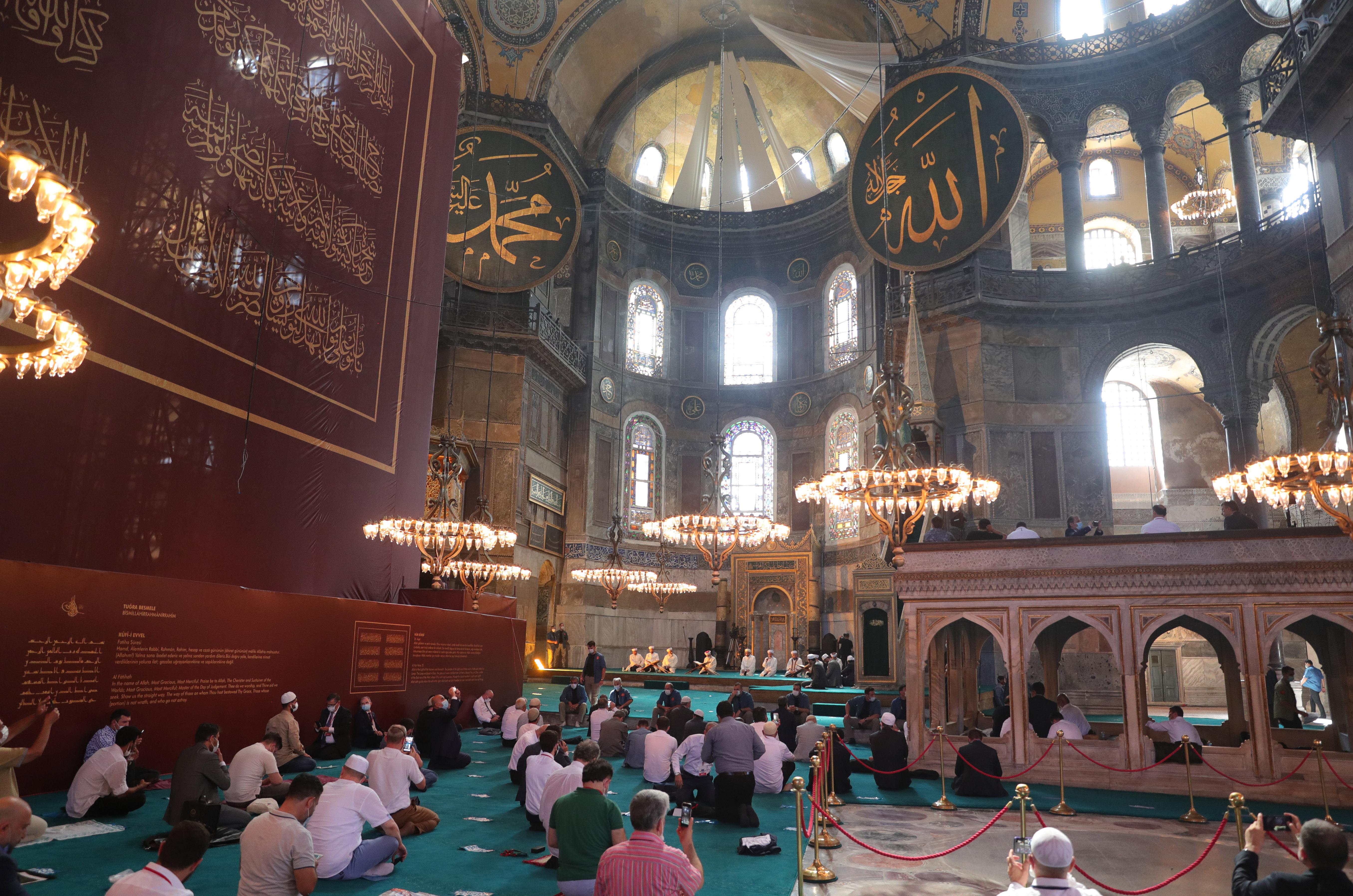24. 07. 2020, Istanbul, Türkei: Koran-Rezitationen im Innern der Hagia-Sophia-Moschee.