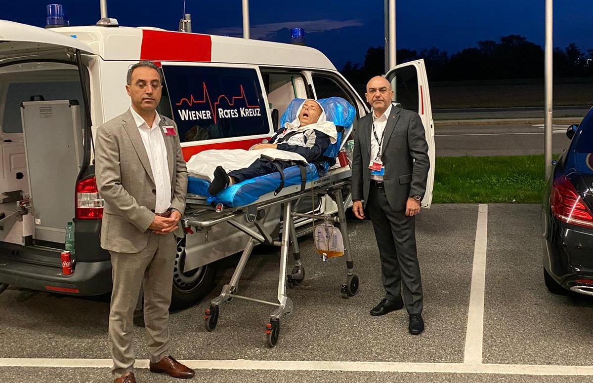 Türkischer Botschafter in Wien Ozan Ceyhun und Generalkonsul Asip Kaya mit Emrah Tuna am Flughafen Wien
