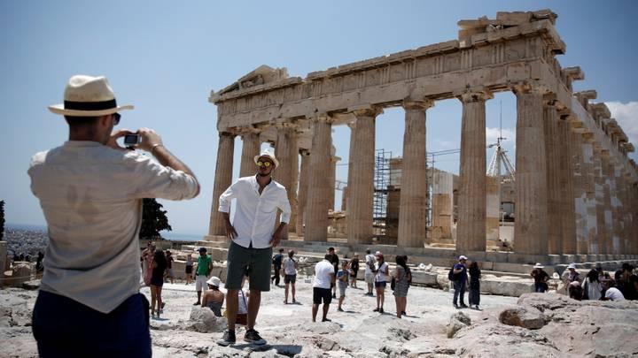 Греция не будет принимать туристов из России